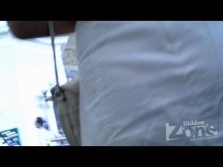 Блонда в белых одеждах не заметила камеры под юбкой